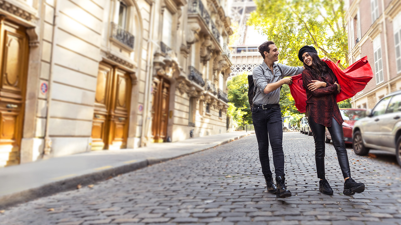 A couple walking down the street; image used for HSBC Australia Platinum qantas Credit Card page.